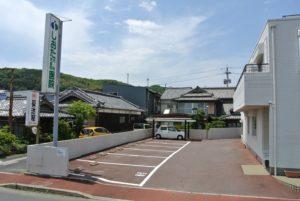 病院玄関前駐車場