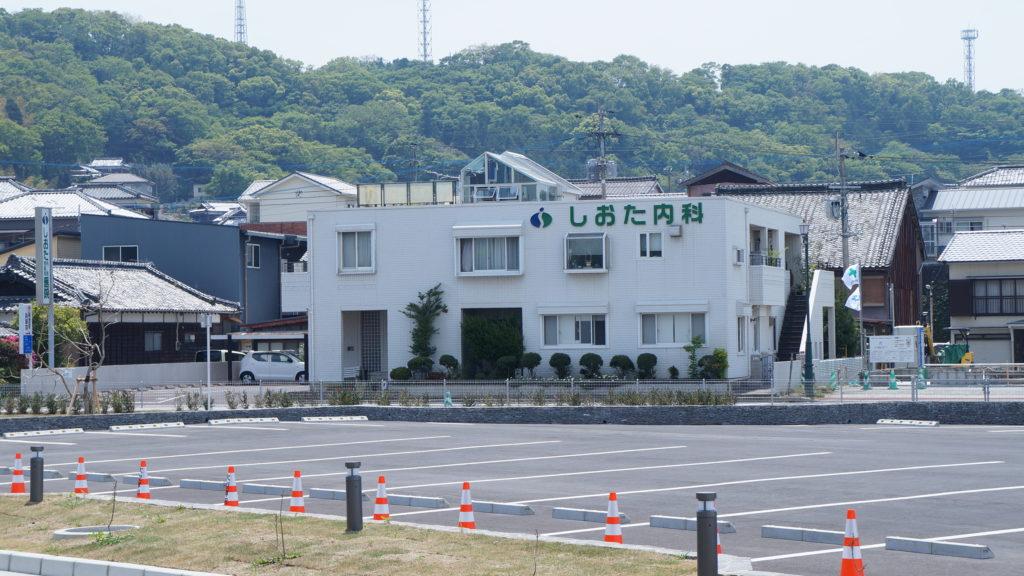 口之津ターミナル駐車場から見る、しおた内科胃腸科医院